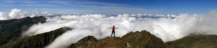 El caminar de la montaña Imagenes de archivo