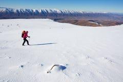 El caminar de la montaña del invierno Fotos de archivo libres de regalías