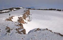 El caminar de la montaña del invierno imagenes de archivo