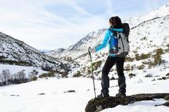 El caminar de la montaña del invierno de la mujer Fotografía de archivo