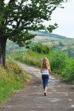 El caminar de la muchacha Fotos de archivo libres de regalías