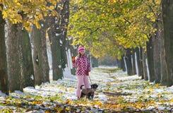 El caminar de la muchacha y del perro Imagen de archivo libre de regalías