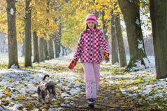 El caminar de la muchacha y del perro Fotografía de archivo libre de regalías