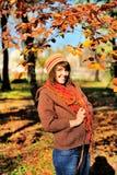 El caminar de la mujer al aire libre en parque del otoño Foto de archivo