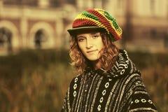El caminar de la mujer del hippie de la moda de los jóvenes al aire libre Fotografía de archivo libre de regalías