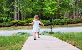 El caminar de la niña pequeña de fuera Fotografía de archivo libre de regalías