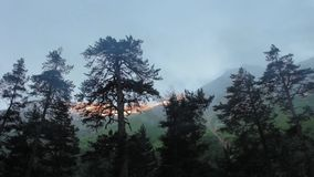 El caminar de las montañas de la región de Elbrus almacen de video