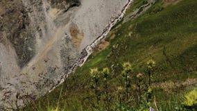 El caminar de las montañas de la región de Elbrus almacen de metraje de vídeo