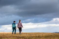 El caminar de las mujeres explora parques de naturaleza Imagen de archivo libre de regalías