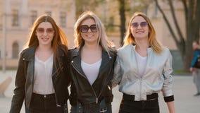 El caminar de los mejores amigos de la relación de las mujeres urbano almacen de video