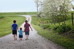 El caminar de los niños pequeños Foto de archivo libre de regalías