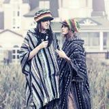 El caminar de los pares del inconformista de la moda de los jóvenes al aire libre Fotografía de archivo libre de regalías
