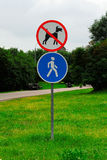 El caminar de los perros prohibidos y de la zona peatonal Imagenes de archivo