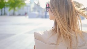 El caminar de moda de la forma de vida urbana de la mujer de negocios almacen de metraje de vídeo