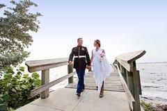 El caminar de novia y del novio Fotos de archivo