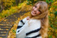 El caminar de relajación de la mujer en parque del otoño Foto de archivo