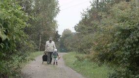 El caminar del abuelo y del nieto. almacen de metraje de vídeo