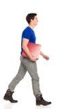 El caminar del estudiante masculino. Imagen de archivo