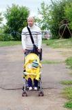 El caminar del hijo del padre y del bebé Imagenes de archivo