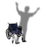 El caminar del hombre de la sombra de la silla de ruedas de la desventaja Imagenes de archivo