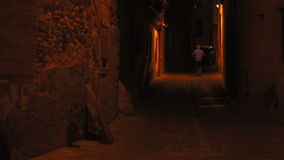 El caminar del hombre del solitario de la noche almacen de metraje de vídeo