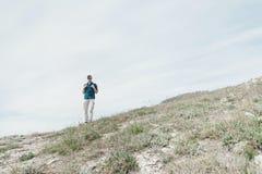El caminar del hombre del explorador al aire libre Fotos de archivo