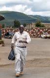 El caminar del hombre negro fotografía de archivo
