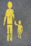 El caminar del hombre y de la niña canta Imagenes de archivo