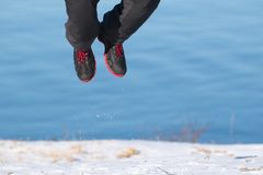 El caminar del invierno Botas en nieve imagen de archivo