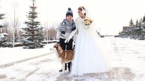 El caminar del invierno de los pares de la boda metrajes