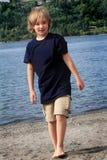 El caminar del muchacho del tween Imagen de archivo