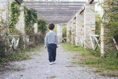 El caminar del niño Imagenes de archivo
