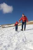 El caminar del padre y del niño Imagenes de archivo