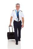El caminar del piloto de la línea aérea Foto de archivo libre de regalías