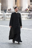 El caminar del sacerdote (Ciudad del Vaticano) Imagen de archivo libre de regalías