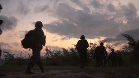 El caminar del soldado almacen de metraje de vídeo