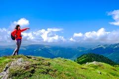 El caminar del top de la montaña Imágenes de archivo libres de regalías