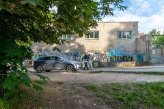 El caminar delante de pintada en un callejón trasero en Vilna imagenes de archivo