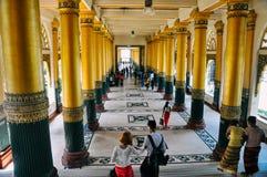 El caminar dentro de los pasillos de un templo en Rangún Foto de archivo