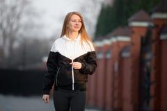 El caminar deportivo sonriente feliz de la muchacha Foto de archivo libre de regalías