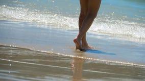El caminar descalzo de la playa metrajes