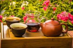 El caminar determinado para el té chino en la tabla - caja para los utensilios Imagenes de archivo