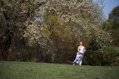 El caminar embarazada, el funcionamiento de la mujer del viajero joven, dando vuelta alrededor y disfruta de su tiempo libre del  imagen de archivo libre de regalías