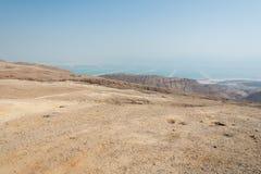 El caminar en área de mar muerta en Israel Imagenes de archivo