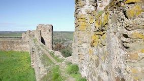 El caminar en el almenaje en el castillo de la ciudad de Terena almacen de metraje de vídeo