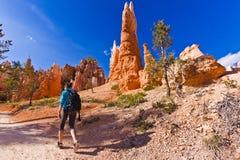 El caminar en Bryce Canyon Park imagen de archivo libre de regalías