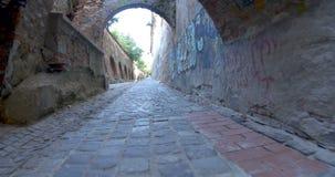 El caminar en el callejón medieval de la ciudadela almacen de video