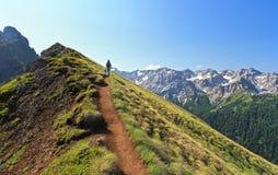 El caminar en canto de la montaña Fotos de archivo libres de regalías