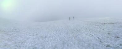 El caminar en canto nevoso de la montaña Imagenes de archivo