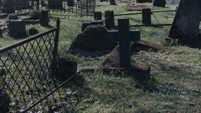 El caminar en el cementerio viejo almacen de metraje de vídeo